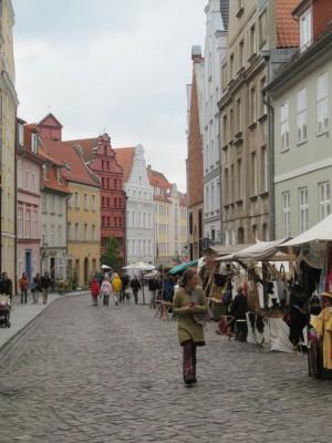 Sjarmerende gater og marked i Stralsund. Foto: Knut Randem.