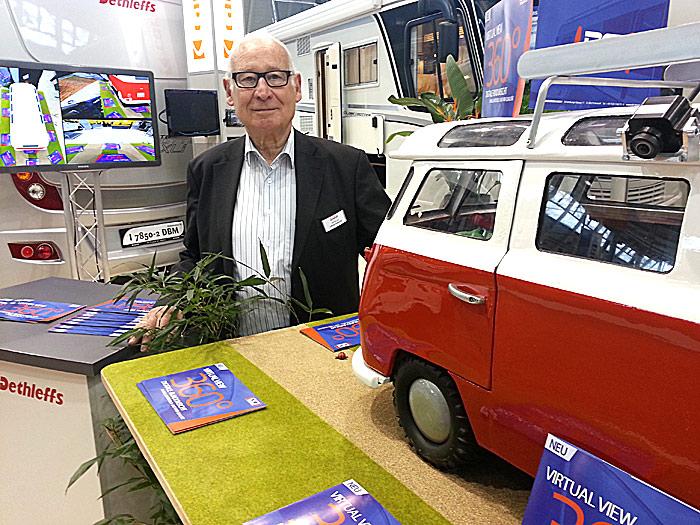 Götz Amadeus Berger representerte DCI innovation og viste kamerasystemet som trolig blir klart til Caravan salon 2013. Foto: Knut Randem.