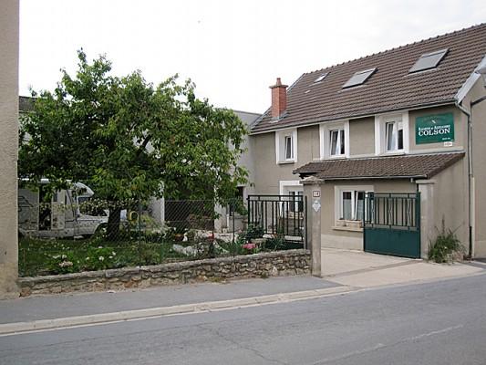 På denne champagne-gårdsplassen skulle det være plass til fire bobiler. Det slapp vi å se. Foto: Knut Randem.