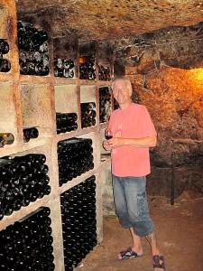 På øverste hylle ligger familiens riktig gamle viner til de spesielle anledningene. Foto: Knut Randem.