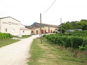 I Montbazillac fikk bobilen plass ved hovedhuset under trærne øverst til høyre. Den lille gårdsbutikken ligger i bygget til venstre. Foto: Knut Randem.