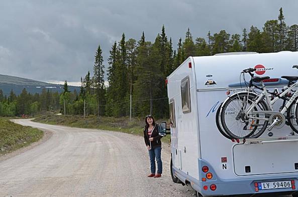 På vei over fjellet. Foto: Yngvar Halvorsen og Merete Furustad