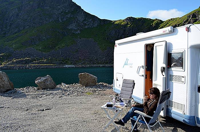 Det er fint å sitte ute foran bobilen og nyte stilheten og nærheten til havet.. Foto: Yngvar Halvorsen og Merete Furustad