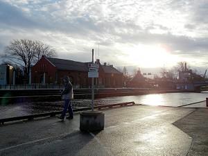 Vinterstemning ved kanalen i Moss. Her blir det bobilparkering. Foto: Ivar B. Johansen.