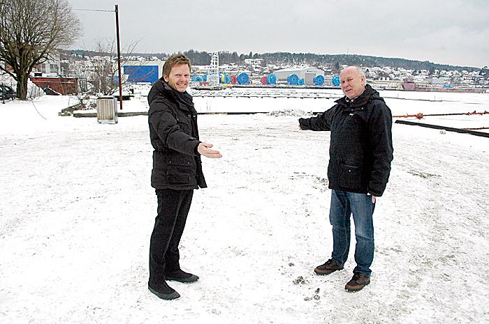 Ordfører Tage Pettersen (t.v.) og havnefogd Reidar M. Hansen viser plassen som blir Moss bobilparkering i løpet av våren. Foto: Ivar B. Johansen.