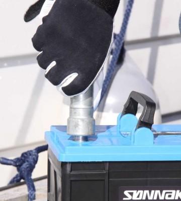 Sørg for at batteripolene er rene. Foto: Exide Technologies AS