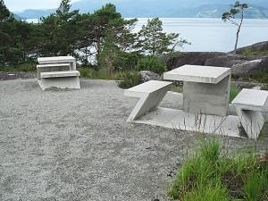 Røffe møbler og spenstig toalett (øverste bilde) på Hereiane rasteplass. Foto: Knut Randem.