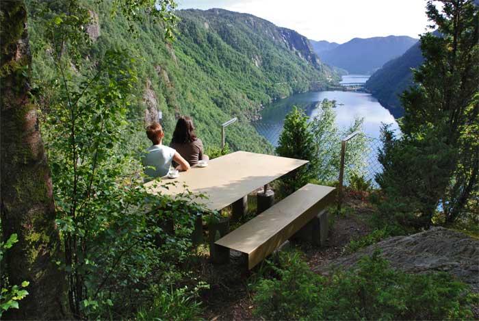 Rasteplass med utsikt over Lovrafjorden sør for Sand i Suldal, Nasjonal turistveg Ryfylke. Foto: Per Kollstad/Statens vegvesen.