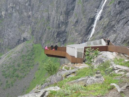 Det er laget mange flotte utsiktspunkter langs Nasjonale turistveger. Her fra Trollstigen hvor noen og en hver kan bli svimmel. Foto: Knut Randem.