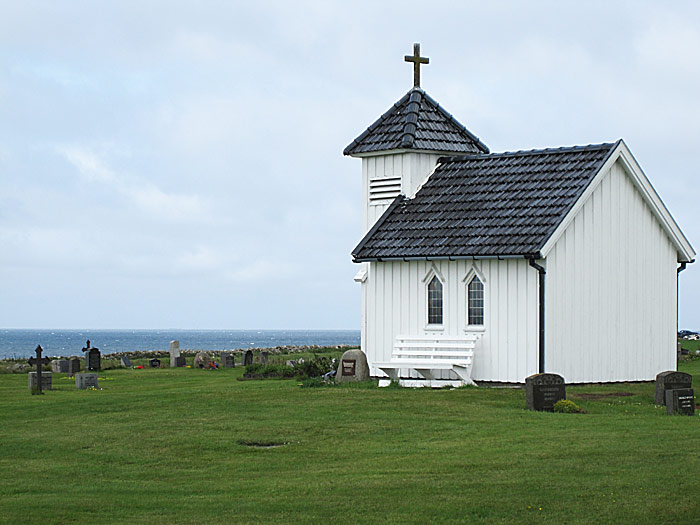Varhaug gamle kirkegård med kapellet på bare 15 kvm ved Nasjonal turistveg Jæren. Foto: Knut Randem.