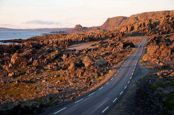 Hamningbergveien i Vardø vest for Persfjorden går gjennom et fantastisk forrevent landskap, av mange beskrevet som et månelandskap. Hamningbergveien utgjør ytterpartiet av Nasjonal turistveg Varanger. Foto: Jarle Wæhler/Statens vegvesen.