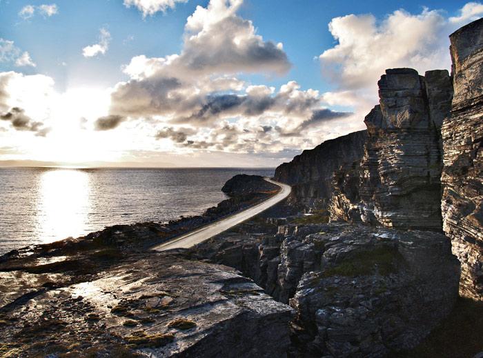 Fylkesveg 889. Forrevent landskap ved Vekselvik, Revsbotn. Nasjonal turistveg Havøysund. Foto: Werner Harstad / Statens vegvesen.