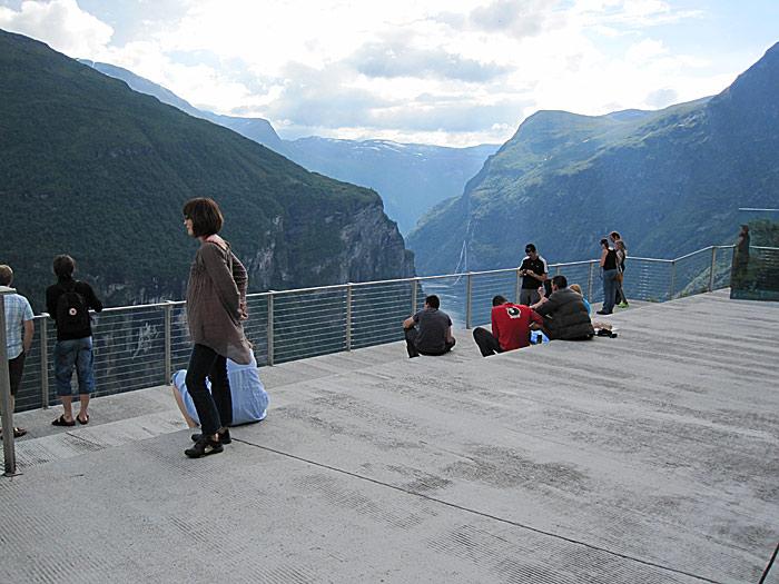 Stor utsiktsplattform med spektakulær utstikt i Ørnesvingen. Men parkeringsplassen er liten. Foto: Knut Randem.