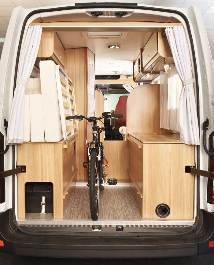I Dexter Go! 620 blir det plass på gulvet når sengen er slått opp. Foro: Eura Mobil.