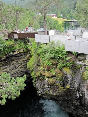 Over Gudbrandsjuvet er det anlagt gangveier i terrenget, kafé og toaletter. Foto: Knut Randem.