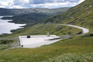 Utsiktsplass med parkering, Rjupa ved fylkesveg 51, Nasjonal turistveg Valdresflye. Utsyn mot Vinstri (Vinstervatnet). Arkitekt: Knut Hjeltnes. Foto: Helge Stikbakke/Statens vegvesen.