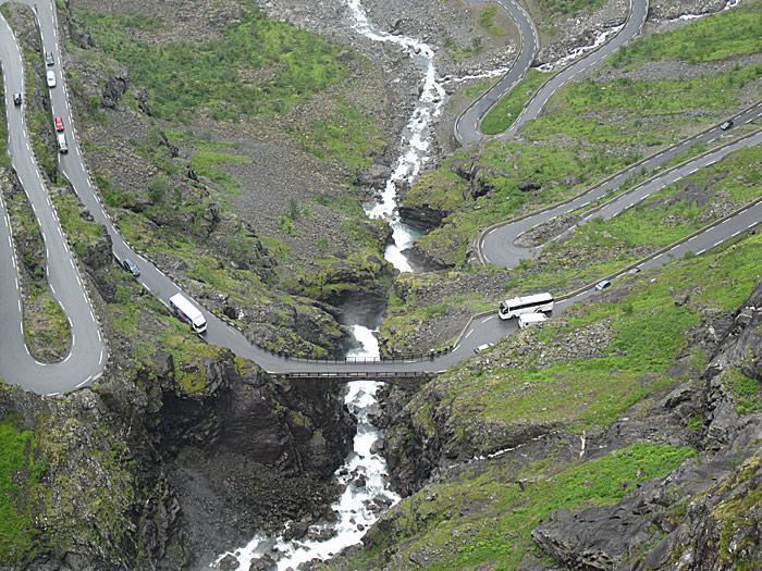 Noen utfordringer må du løse i møtet med andre trafikanter i Trollstigen. Foto: Knut Randem.