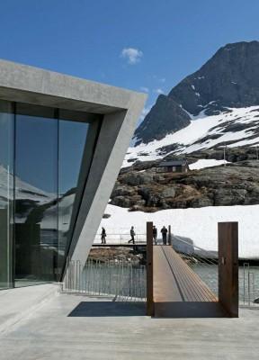 Kafé på toppen av Trollstigen og gangsti til utsiktsplattformene. Foto: Roger Ellingsen.