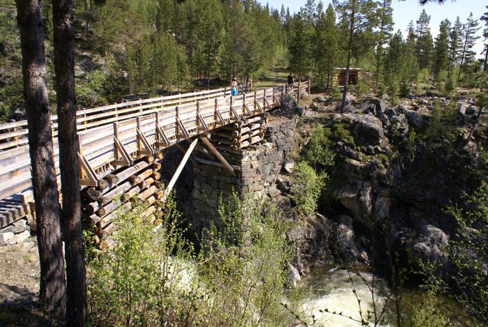 Veobrue, restaurert (1999) sprengverksbru over elva Veo ved fv. 51 i Sjodalen. Brua ligger på tursti nær Nasjonal turistveg Valdresflye. Foto: Helge Stikbakke/Statens vegvesen.