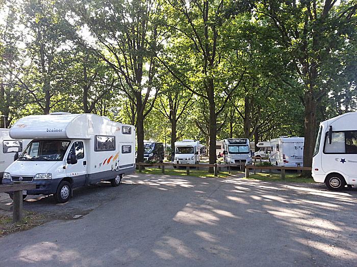 Bobilparkeringen ligger stille til i et skogholt. De fleste plassene er romslige. Foto: Knut Randem.
