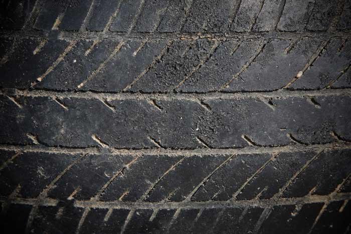 Det er livsfarlig å avslutte sesongen med utslitte dekk på høstglatte veier, advarer bransjefolk. Foto: Colourbox.