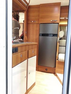 Kjøkkenet i Rapido 640F er smart plassert på tvers like innenfor døra. Foto: Knut Randem