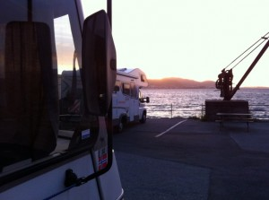 Vinden stilnet, skyene forsvant og solen tittet frem rett før den gikk ned for dagen. Fin stemning på kaia.