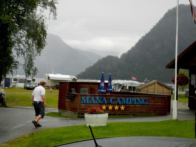 Rask gange mellom skybruddene. Ankomst til Måna Camping i Åndalsnes. Mest kjent for sitt gode fiskemiljø. Spesielt blant tyskere.