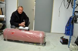 Det er mange former på gasstanker. Her viser Oskar Schiøtz en type. Foto: Yngvar Halvorsen.