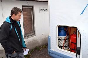 Robert Milewski vurderer hvordan installasjonen skal løses. Foto: Yngvar Halvorsen.