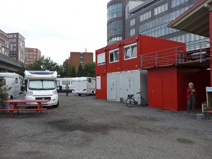 Wohnmobilhafen i Hamburg med sine enkle toalett- og dusjcontainere. Foto: Knut Randem.
