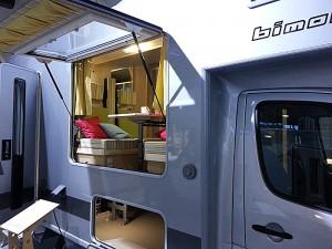 Denne modellen fra Bimobil preges av den store luka som kan åpnes i veggen. Foto: Knut Randem.