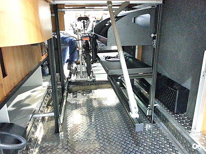 Hymers nye garasjesystem sett fra baksiden. Her er gulvet med syklene trukket ut. Foto: Knut Randem.