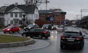 Bilen til høyre slår ikke på baklyset når tenningsnøkkelen vris rundt. (Foto: Newswire)