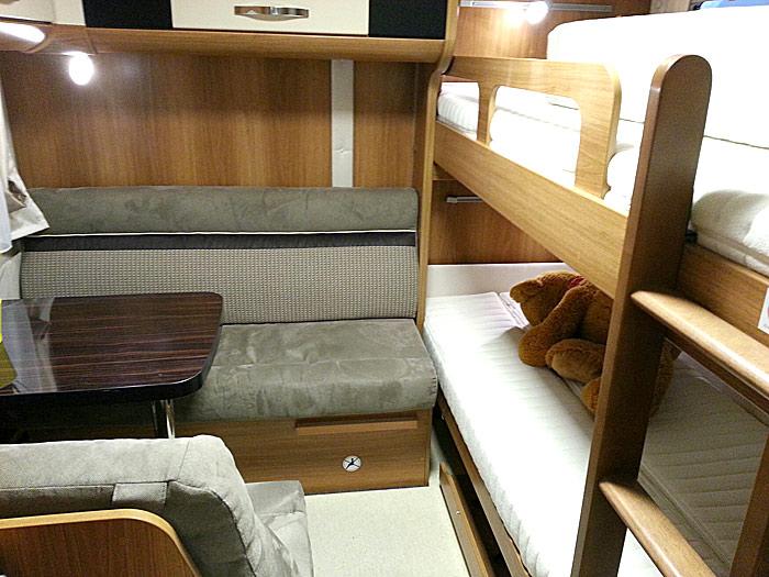 Bak i Dethleffs Globetrotter XXL A 9000-2 K er det både køyer og en ekstra salong. Foto: Knut Randem.