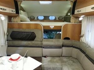 Alkovemodellen Dethleffs XXL A 9000-2 K har seks sengeplasser og trenger stor sofa. Foto: Knut Randem.