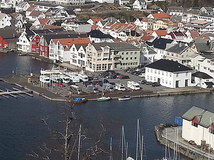 Sist helg lå det 20 bobiler i Flekkefjord sentrum. Slik vil det ikke fortsette. Foto: Kirsti Sigbjørnsen.
