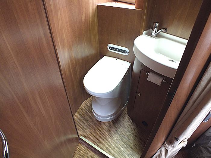 Forbrenningstoalettet skiller seg ikke så mye fra andre toalettter i det ytre. Foto: Leif Lindstrøm.