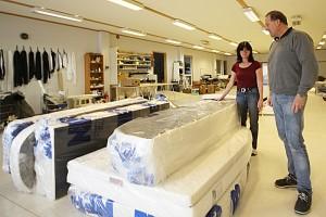 Produktansvarlig Ramona Schultz og daglig leder Tryls Malm i Brisk Collection med madrasser som skal sendes ut. Foto: Brisk Collection.
