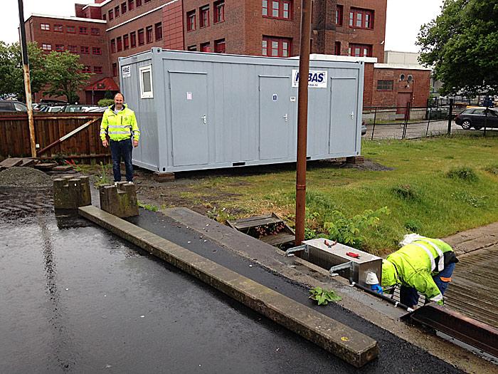 Moss Havns Birger Langseth og elektrikeren var i full gang med montering da Bobilverdens frittgående løsmedarbeider besøkte plassen i dag.