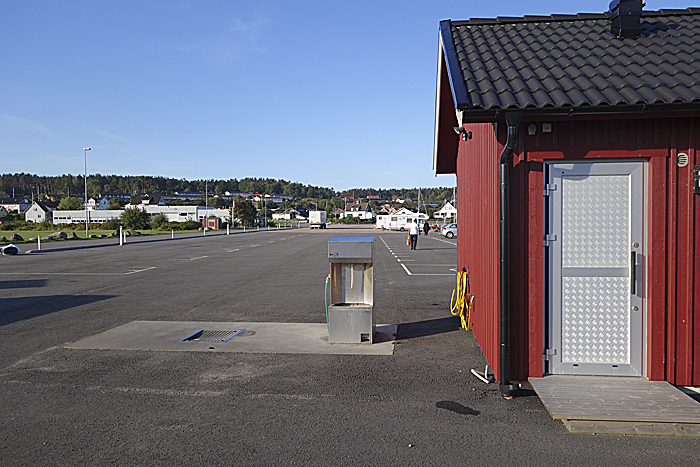 Tømmestasjonen ligger ved enden av servicebygget hvor det er dusjer, toaletter og vaske- og tørkemuligheter. Foto: Knut Randem.