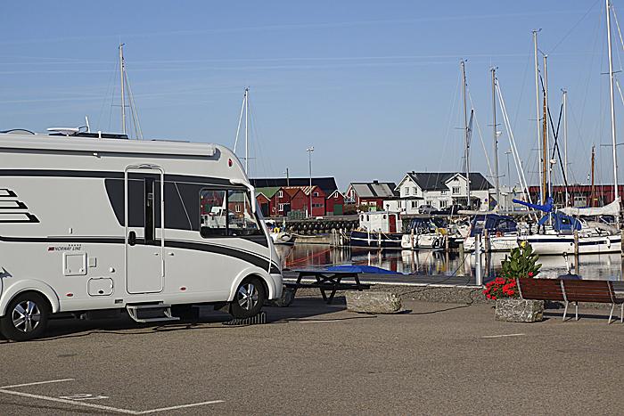 Bobilplassene i Bua har utsikt mot havet over lystbåthavnen. Foto: Knut Randem.