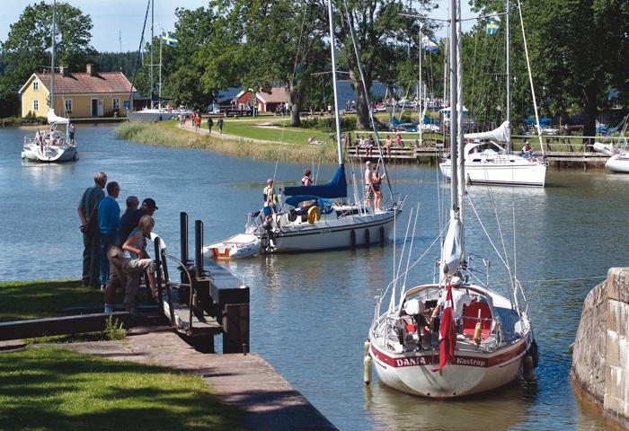 Bobilistene kommer til Gøta kanal for å oppleve kanalmiljøet. Her et glimt fra båttrafikken ved Sjøtorp. Foto: Göran Billeson.