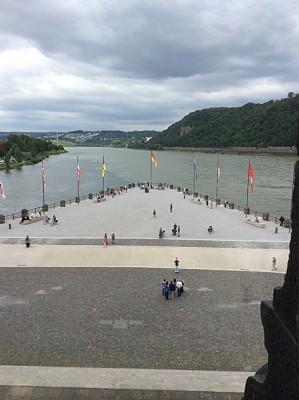 Deutsce Eck. Rhinen til høyre og Mosel til venstre.