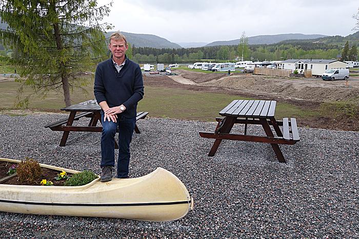 Einar Skoe ville bygge en campingplass tilrettelagt for alle. Det satt bobilistene ekstra pris på.  Området bak Skoe skal bli et allsidig aktivitetsområde for voksne. Foto: Knut Randem.
