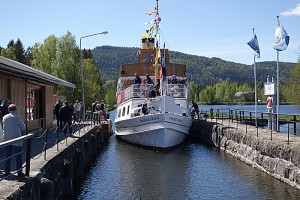 De to kanalbåtene Victoria og Henrik Ibsen møtes foran campingplassen. Det er en hyggelig aktivitet å gå til slusa og se at noe skjer. De finnes også mer krevende aktiviteter på stedet. Foto: Knut Randem.