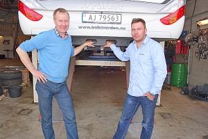 Øivind Von Essen (t.v.) og Ole Trygve Snopestad i Essen Bil AS har plass til en bobil av gangen. Foto: Knut Randem.
