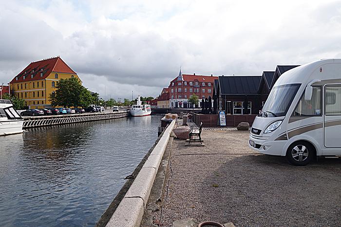 Det er ikke sjenerende å ha plassen nærmest havnerestauranten. Foto: Knut Randem.