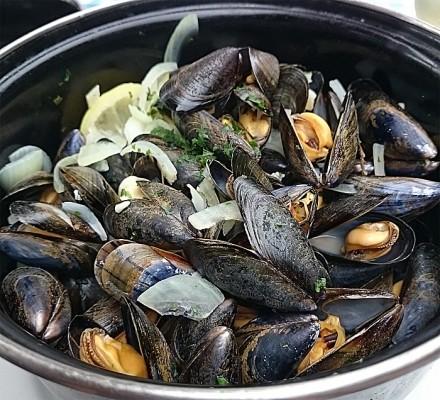 Moules frites - blåskjell servert med pommes frites er lokal spesialitet. Foto: Knut Randem.
