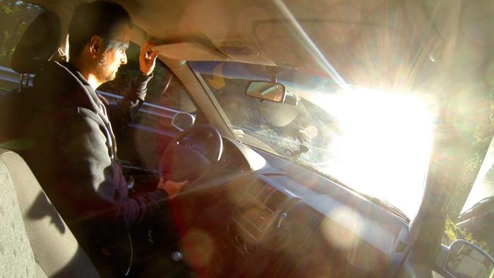 Mange farlige situasjoner oppstår fordi trafikanter blendes av motsol og møtende billykter. (fra video: Rolf Magnus W. Sæther, Newswire)